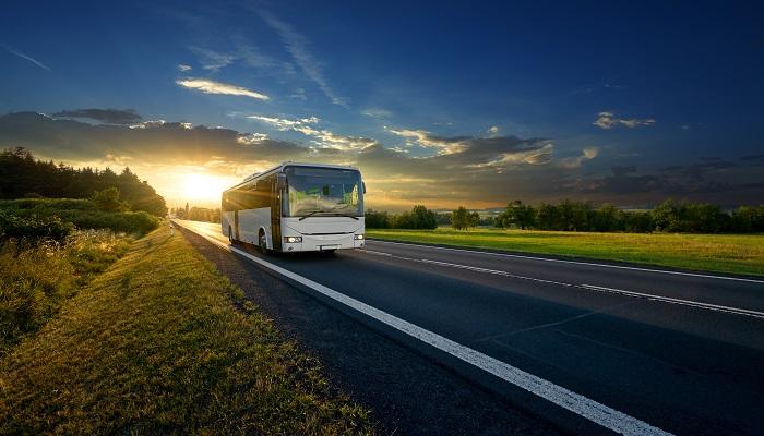 Fernbus auf der Straße