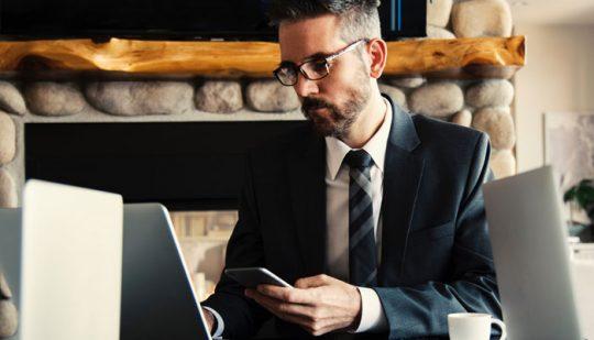 Hybride-Befragung Mann in Business-Outfit mit mobilen Endgeraet