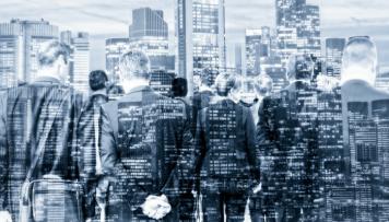 Anonymitaet und Datenschutz Durchsichtige Personen vor Skyline