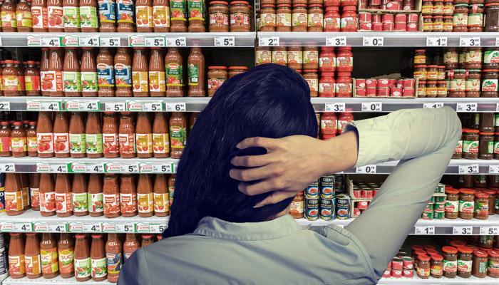 Conjoint Analyse Frau vor Supermarktregal