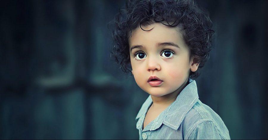 Kleinkind mit großen Augen