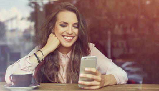 Individuelle Feedbackprozesse Frau mit mobilen Endgeraet