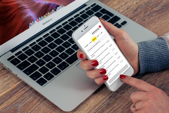 Mobile Befragung App Prämien Dame mit Laptop und mobilen Endgeraet