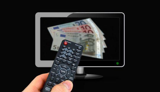 HbbTV-Befragungen Fernbedienung vor Fernseher