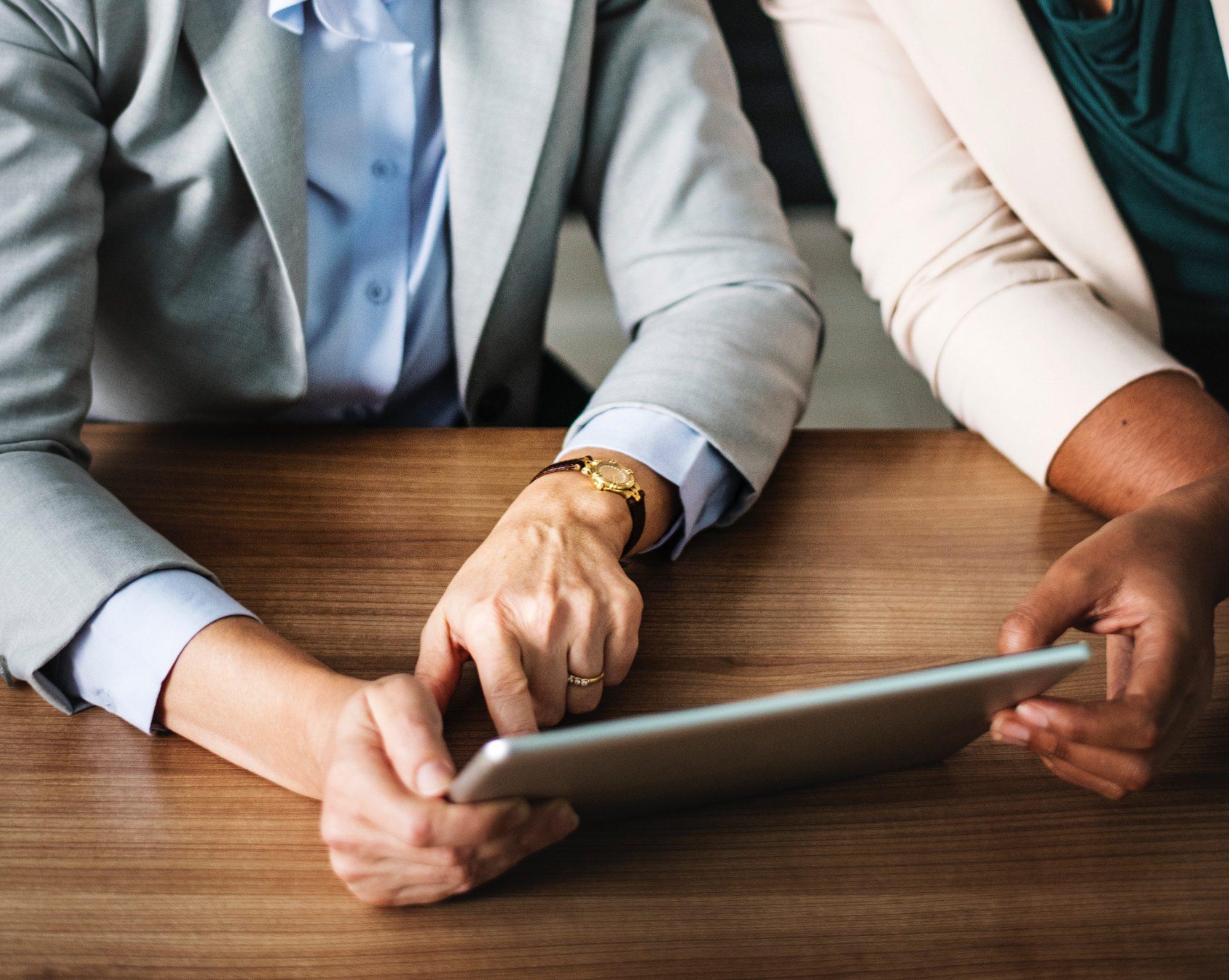 Imageforschung Zwei Personen am Tablet