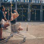 Kundenzufriedenheit Frau in Einkaufswagen