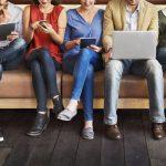 Personen Online-Marktforschung an mobilen Endgeraeten