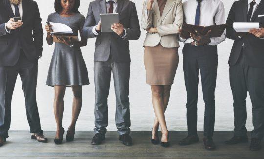 Klassische Mitarbeiterbefragung Personen im Business Outfit