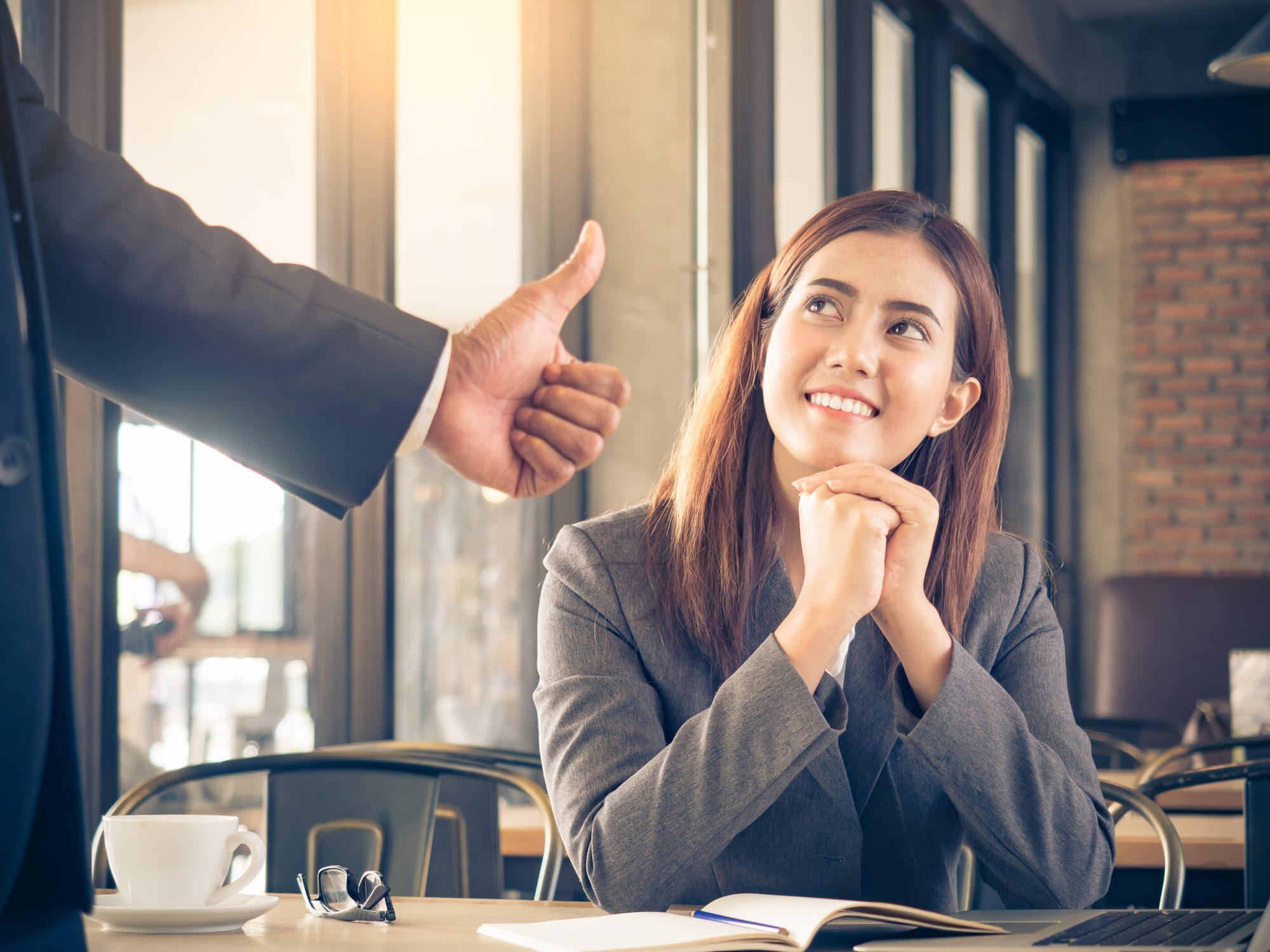 Portfolioanalyse Mitarbeiterin wird von Vorgesetzten mit Daumen hoch gelobt