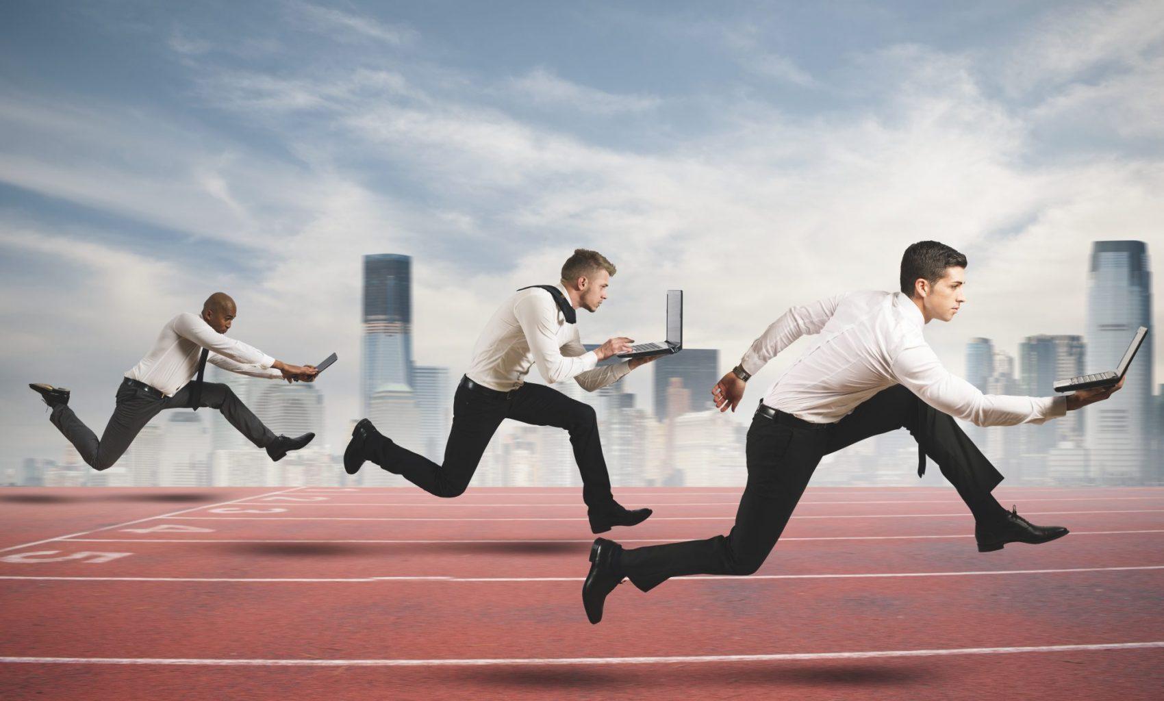 Fachwissen Market Research Markenimage Wettbewerbsanalyse Personen mit Laptop