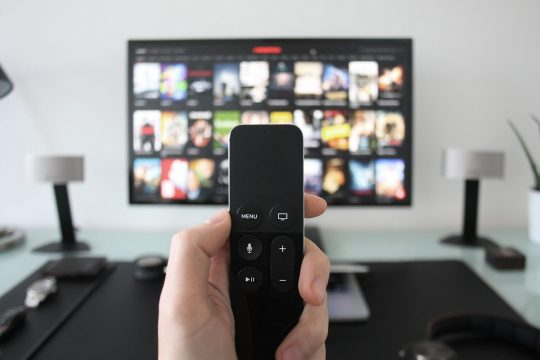 HbbTV-Befragungen Person mit Smart-TV Fernbedienung