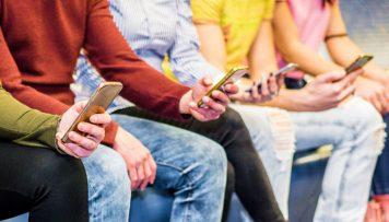 Mitarbeiterbefragung Personen am Handy