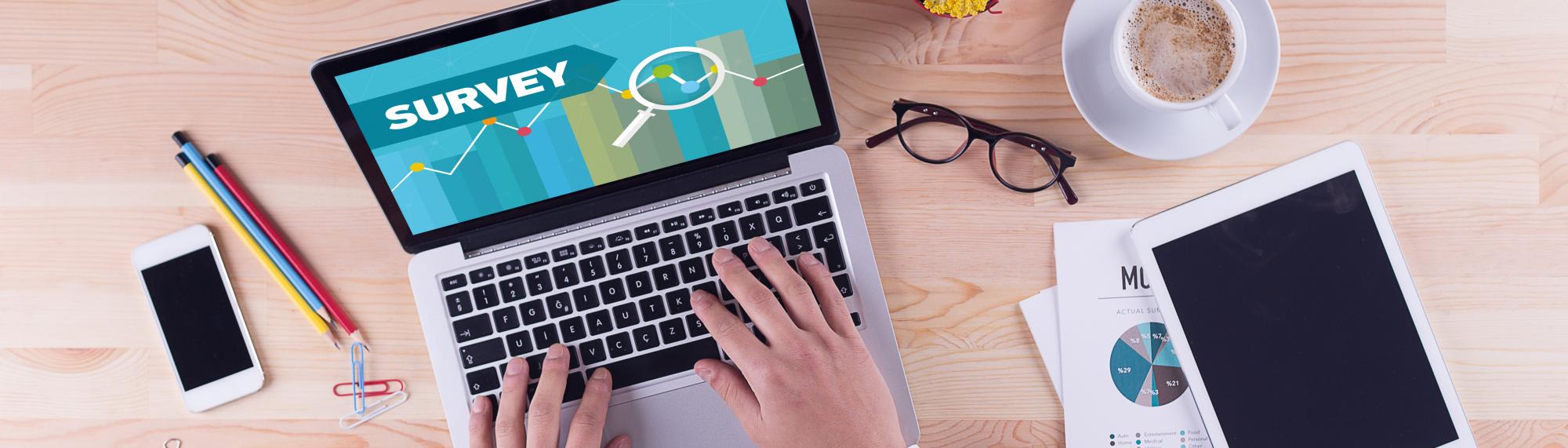 Online-Befragung Tablet und Laptop