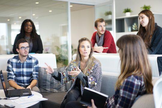 Klassische Mitarbeiterbefragung Diskussionsrunde Personen