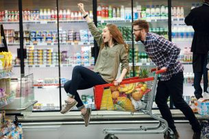Individuelle Marktforschung Lebensmittelhersteller Personen in Einkaufswagen