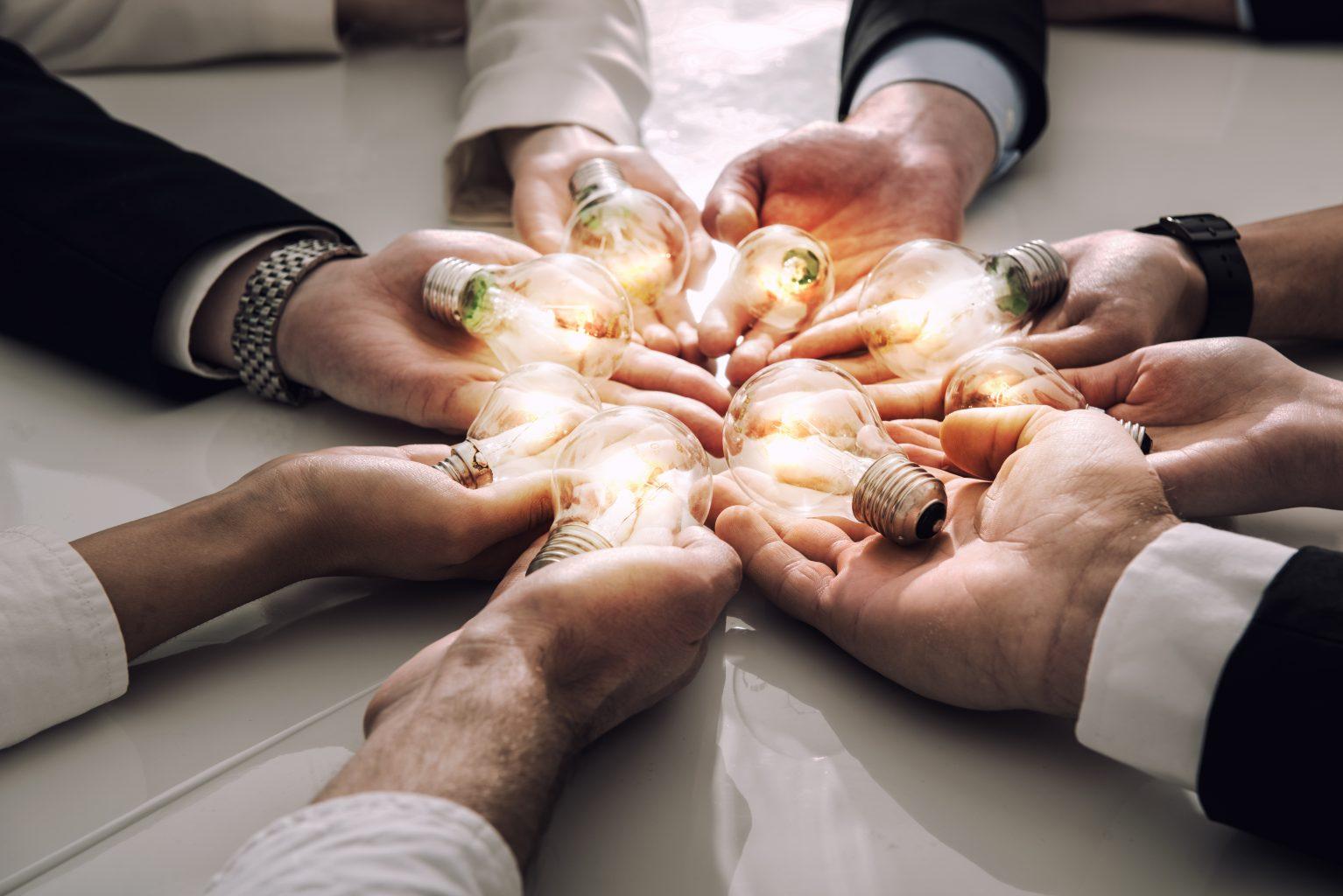 Employer Branding Personen mit Gluehbirnen in der Hand