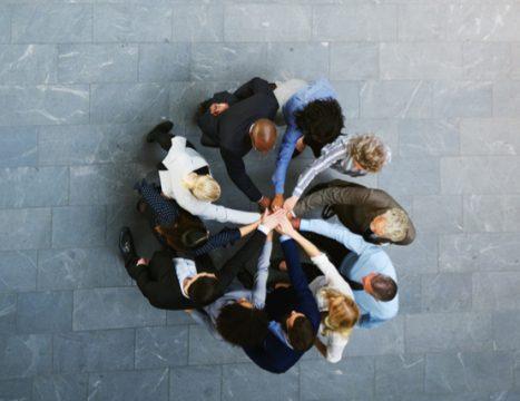 Karriere Startseite Menschen mit Händen zusammen