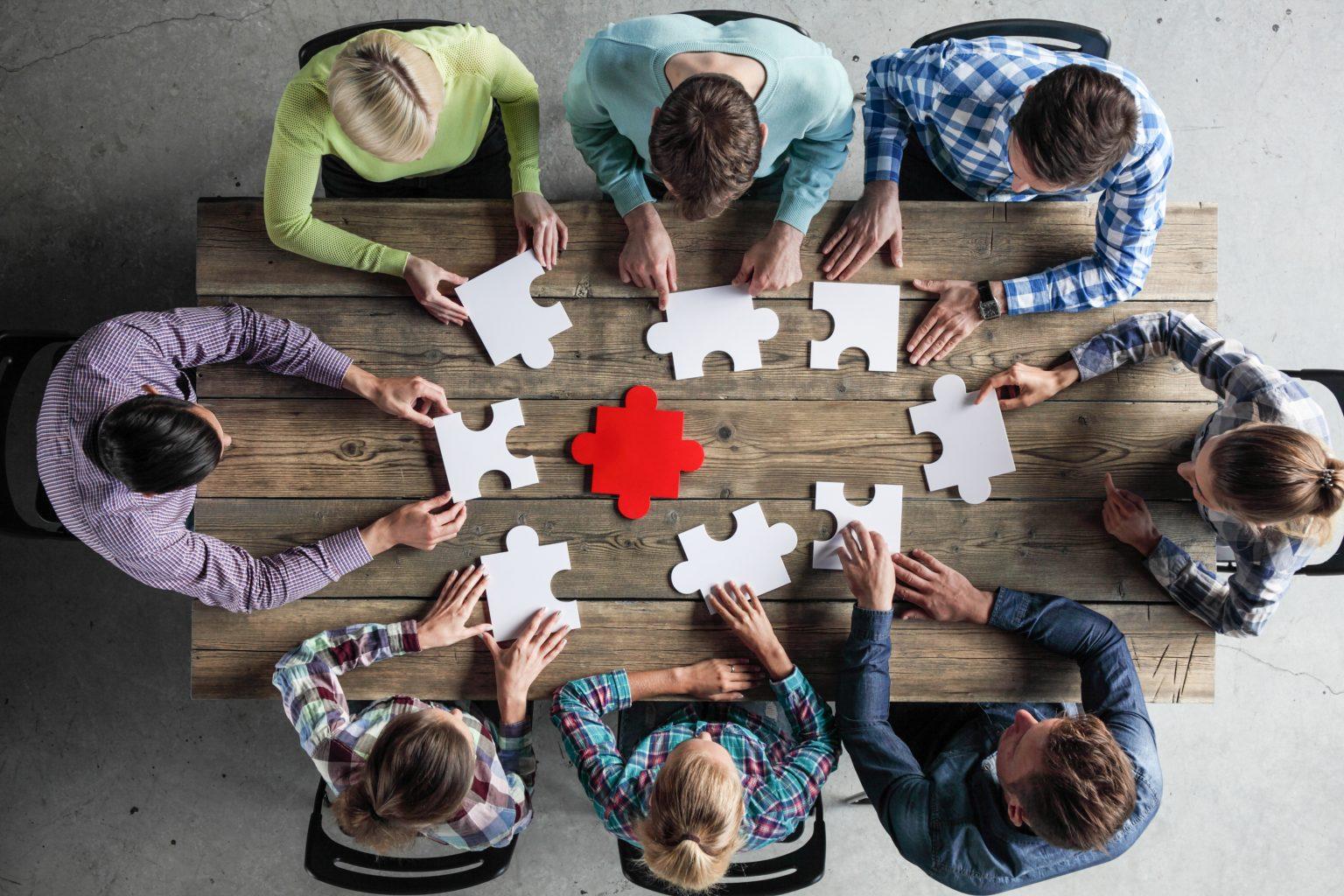 Individuelle Marktforschung Personengruppe löst Puzzle
