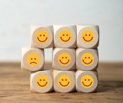 kontinuierliche Feedbackprozesse Würfel mit Smileygesicht
