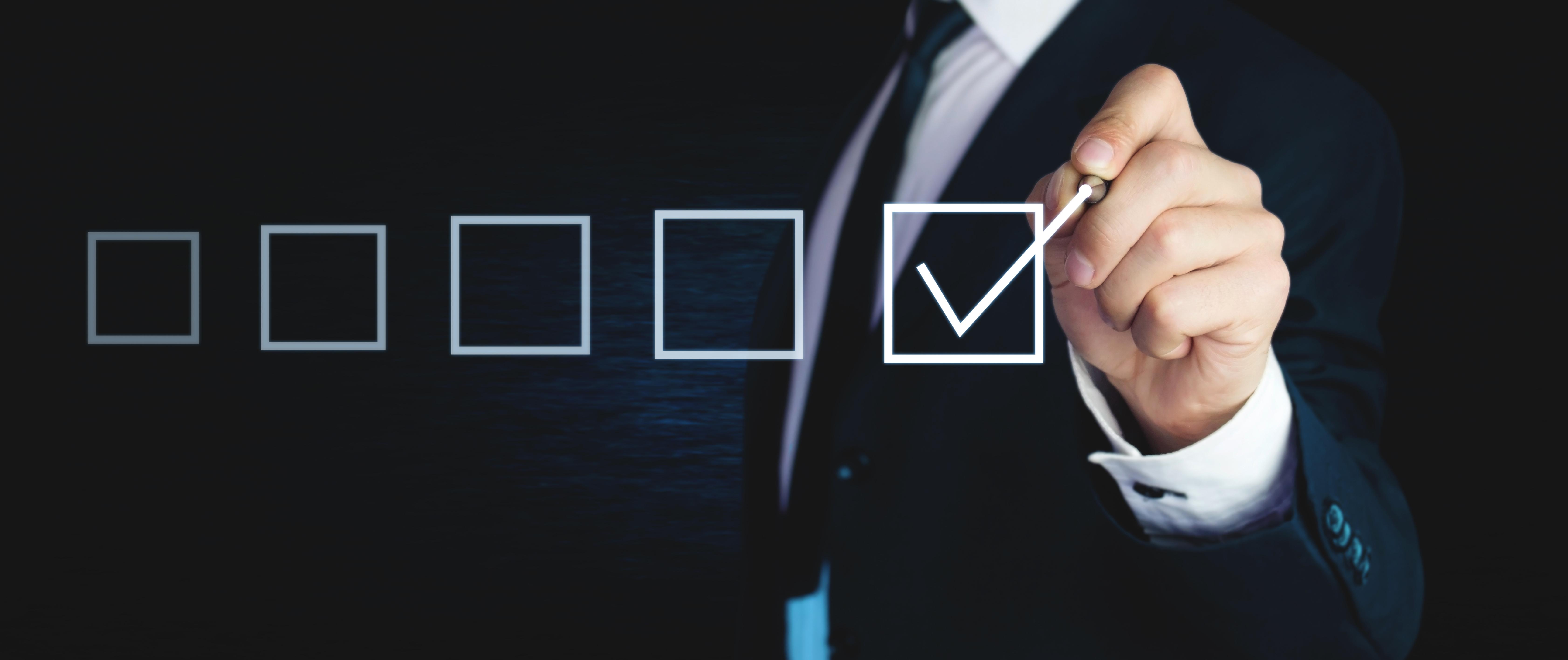 Wahlbeteiligung Mann hakt Kaestchen ab