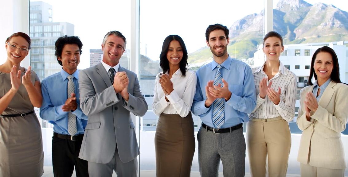 Kundenzufriedenheit applaudierende Personengruppe