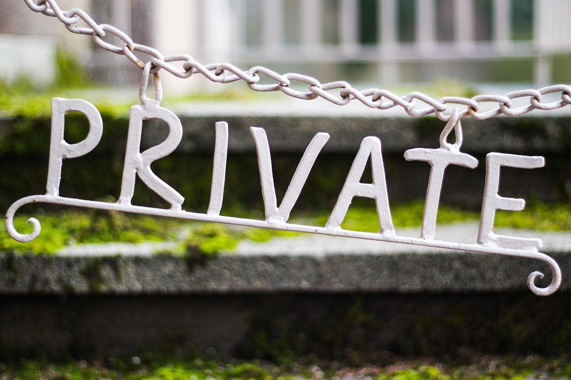 """Anonymitaet und Datenschutz """"Private"""" Schriftzug"""