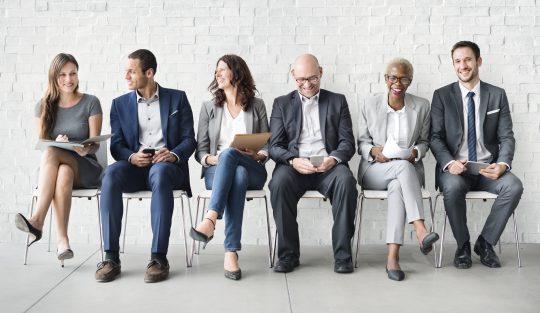 Panelbefragung Personengruppe auf Stühlen