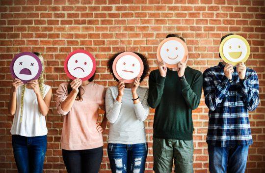 Net Promoter Score Personen mit Smileymasken