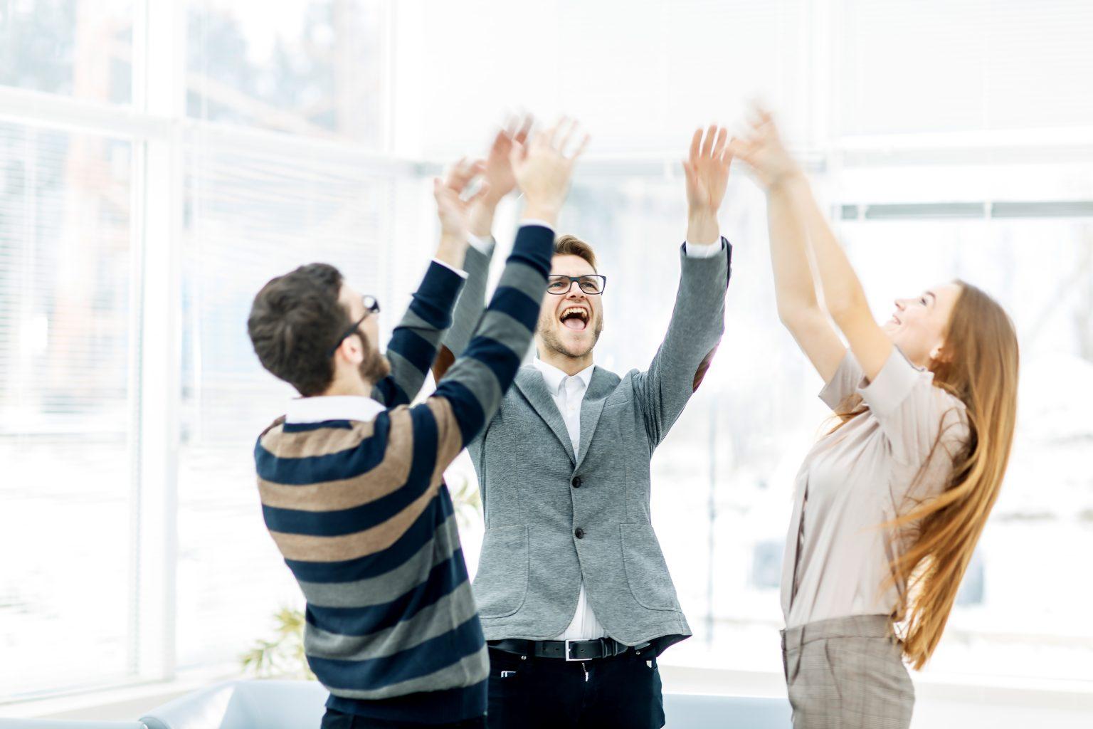 Kundenzufriedenheitsanalyse lachende Personen
