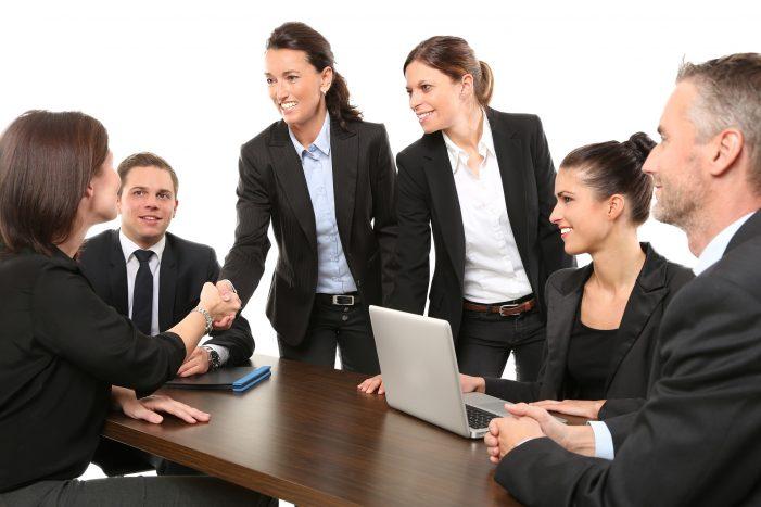 Handschlag zwischen Kollegen im Meeting