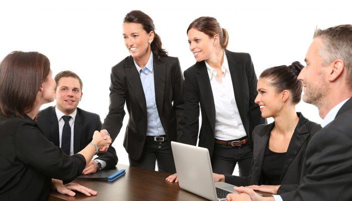 Geschaeftsmaenner und Frauen bei Meeting