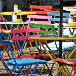 Fragebogenprogrammierung verschiedenfarbige Stühle