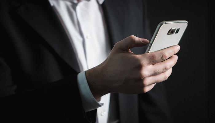 Mann mit mobilen Endgeraet