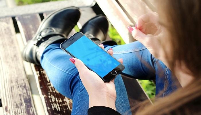 Frau mit mobilen Endgeraet
