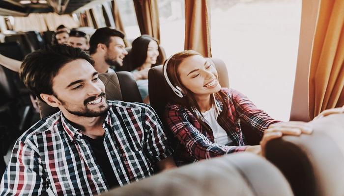 Fernlinienbusse lachende Busreisende