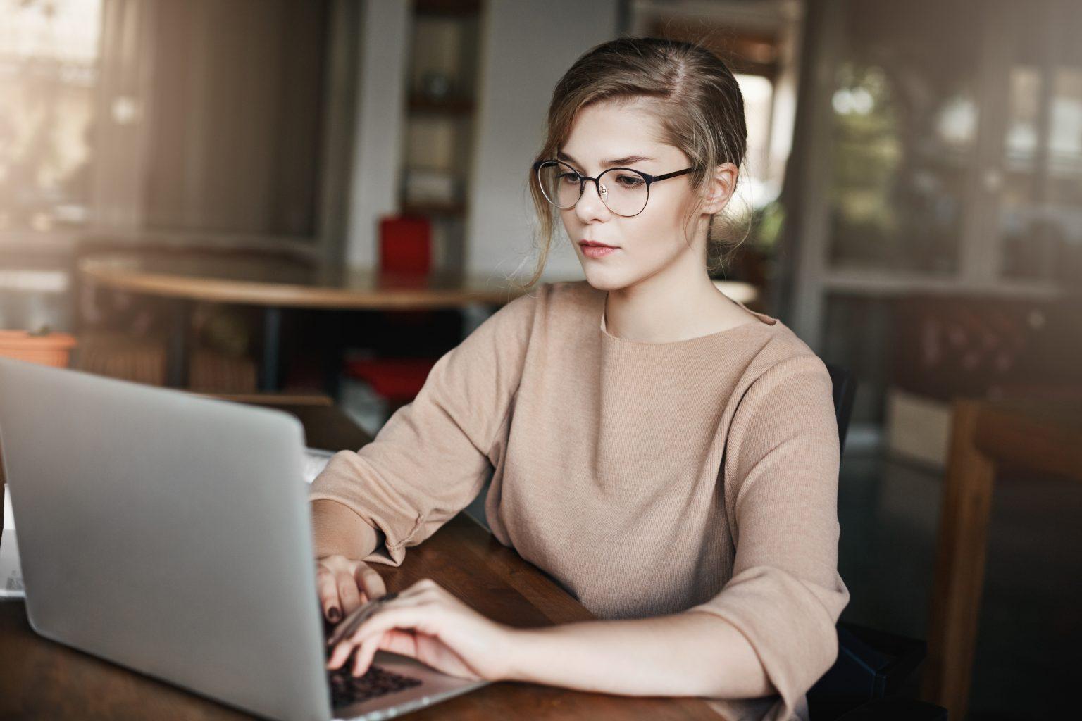 360-Grad-Feedback Frau arbeitet mit Laptop