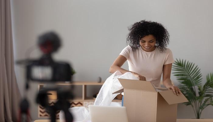 Internet Giganten Frau beim auspacken eines Kartons