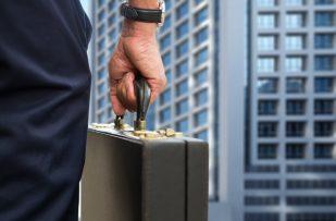 Fuehrungskraeftefeedback Mann mit Aktenkoffer