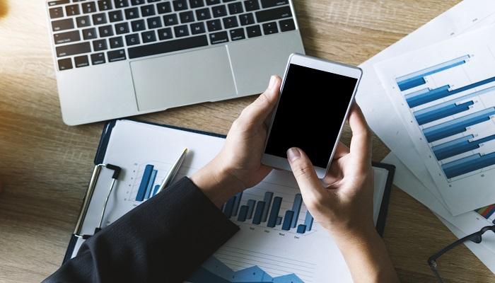 Studienteilnahme Smartphone Person mit mobilen Endgeraet