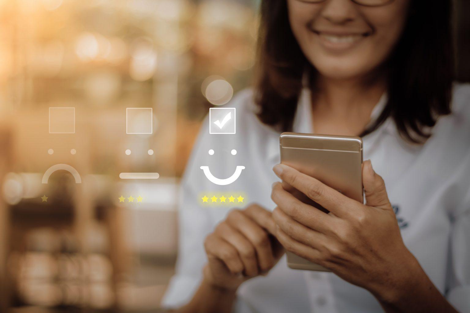 Fragebogen Kundenbefragung Frau mit mobilen Endgeraet