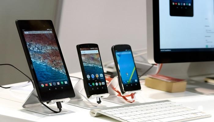 verschiedene Smartphones in einer Reihe
