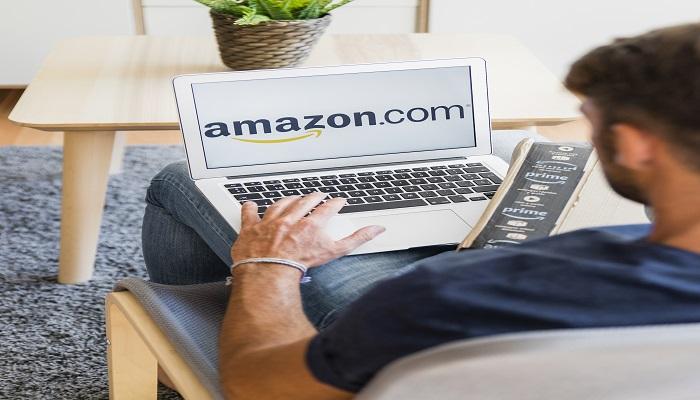Mann bestellt such etwas auf Amazon