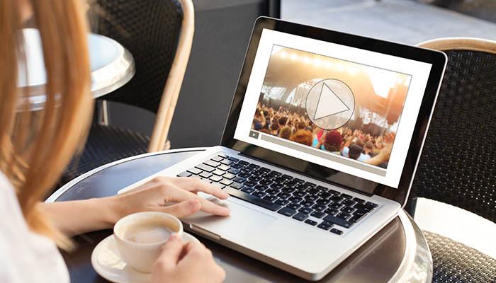 Frau sitzt im Cafe mit Laptop