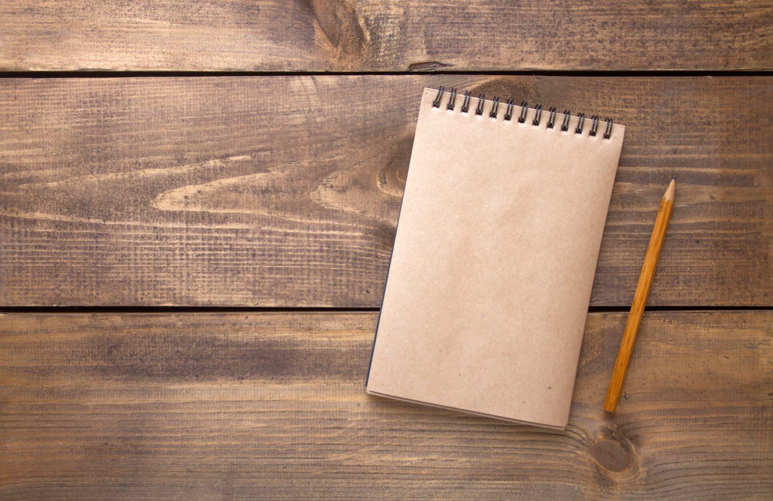 Paper-Pencil-Methode Stift und Blog auf Holztisch