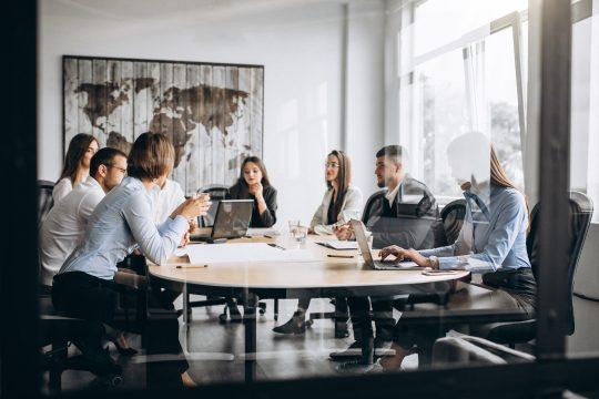 Team Besprechung Mitarbeiterbefragung im industriellen Bereich
