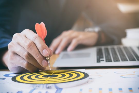 Ziele einer Mitarbeiterbefragung im industriellen Bereich Dartpfeil deutet auf Zielscheibe