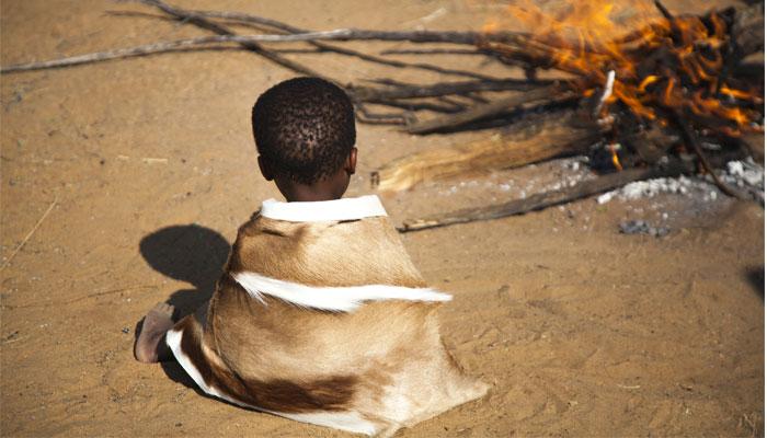 Afrika Kleinkind am Feuer Feuerkinder Tansania