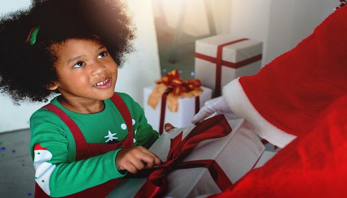 Spendenprojekte Weihnachtsmann gibt kleinem Mädchen Geschenk