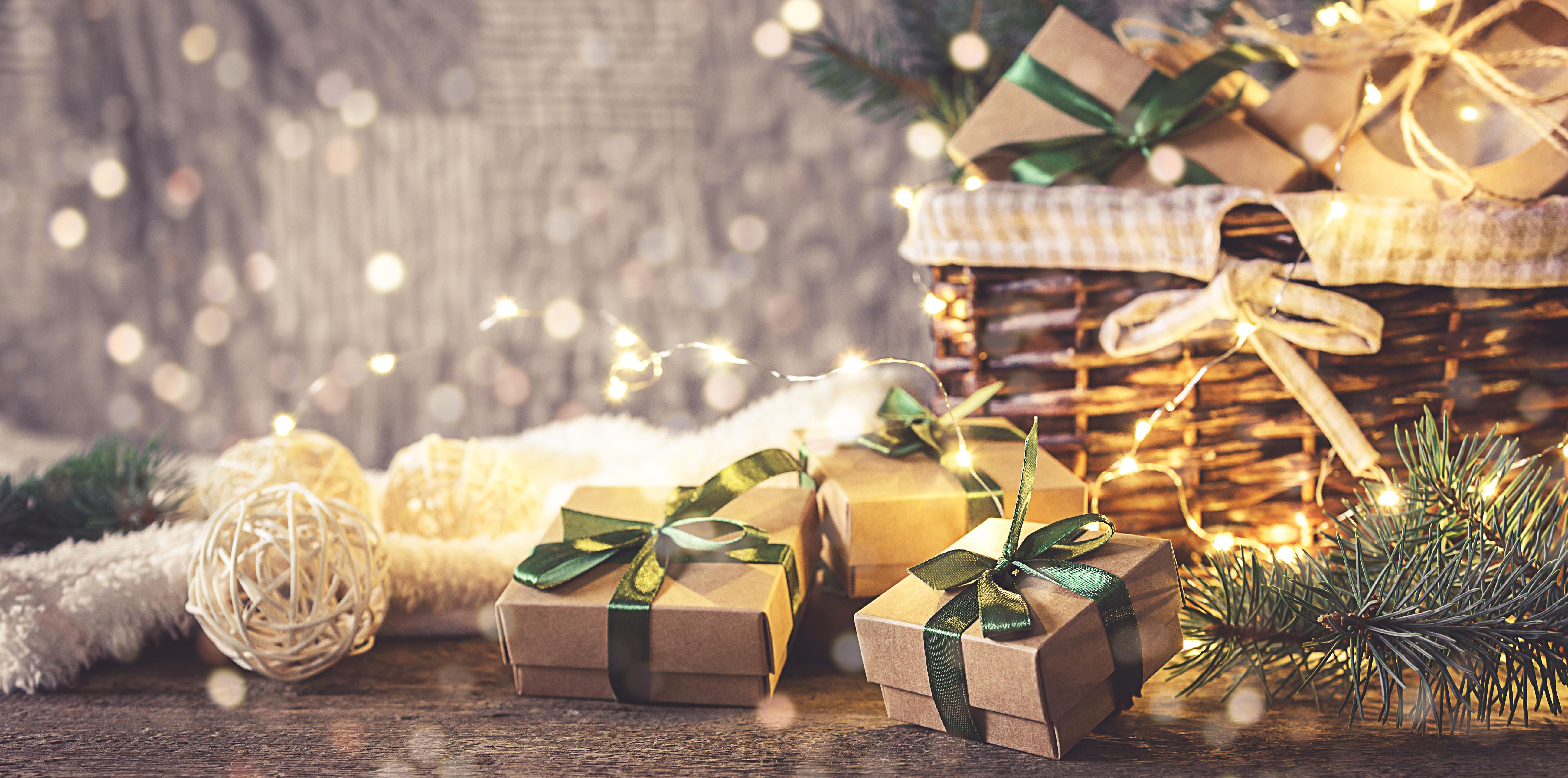 Weihnachtskorb und Geschenke