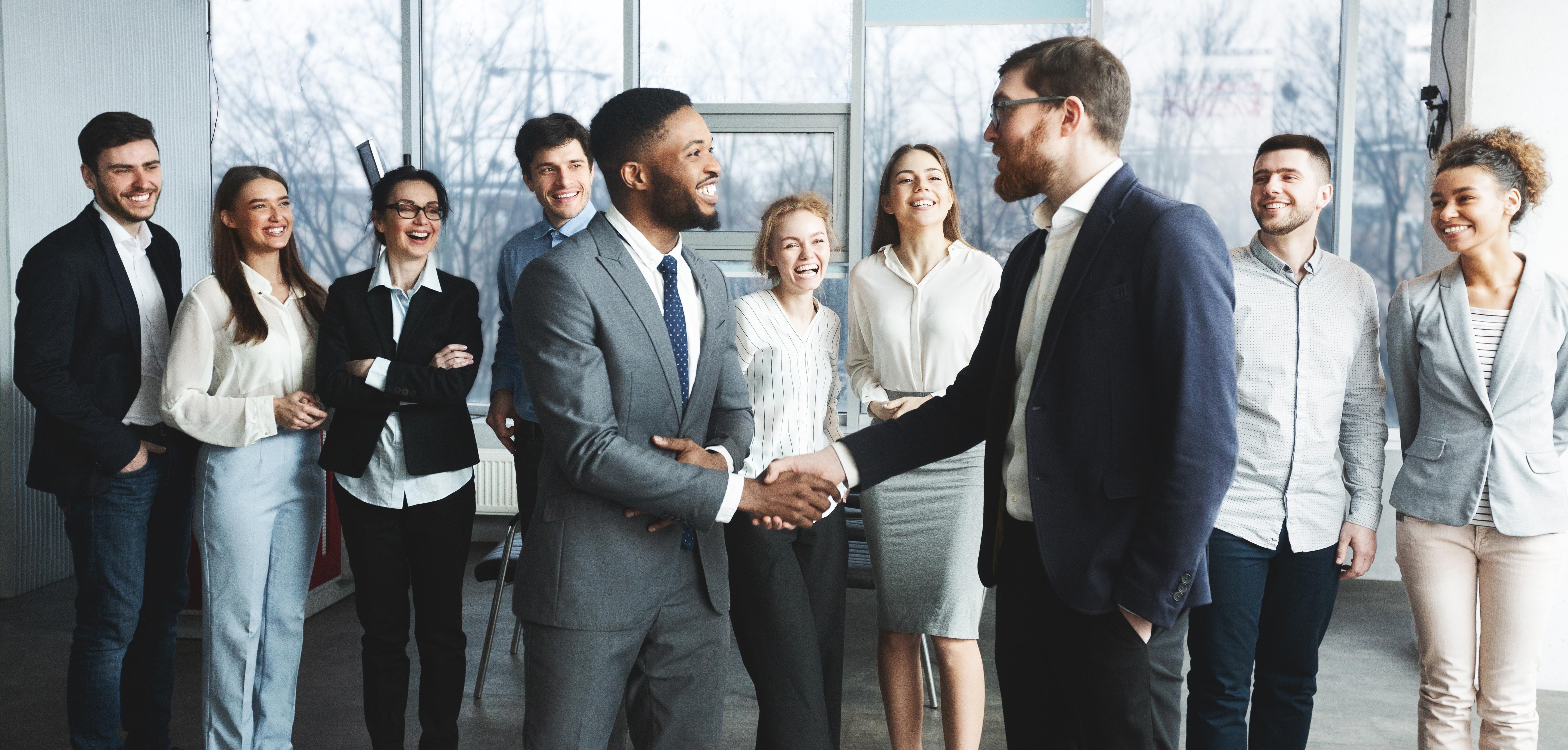 Führungskräftefeedback Mitarbeiter schütteln Hände